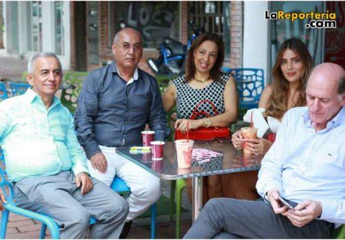 Camila Avella en compañía de su familia y Fernán Martínez.