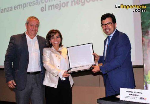 Entrega de reconocimiento a Norma Sánchez, gerente de Entorno de Geopark.