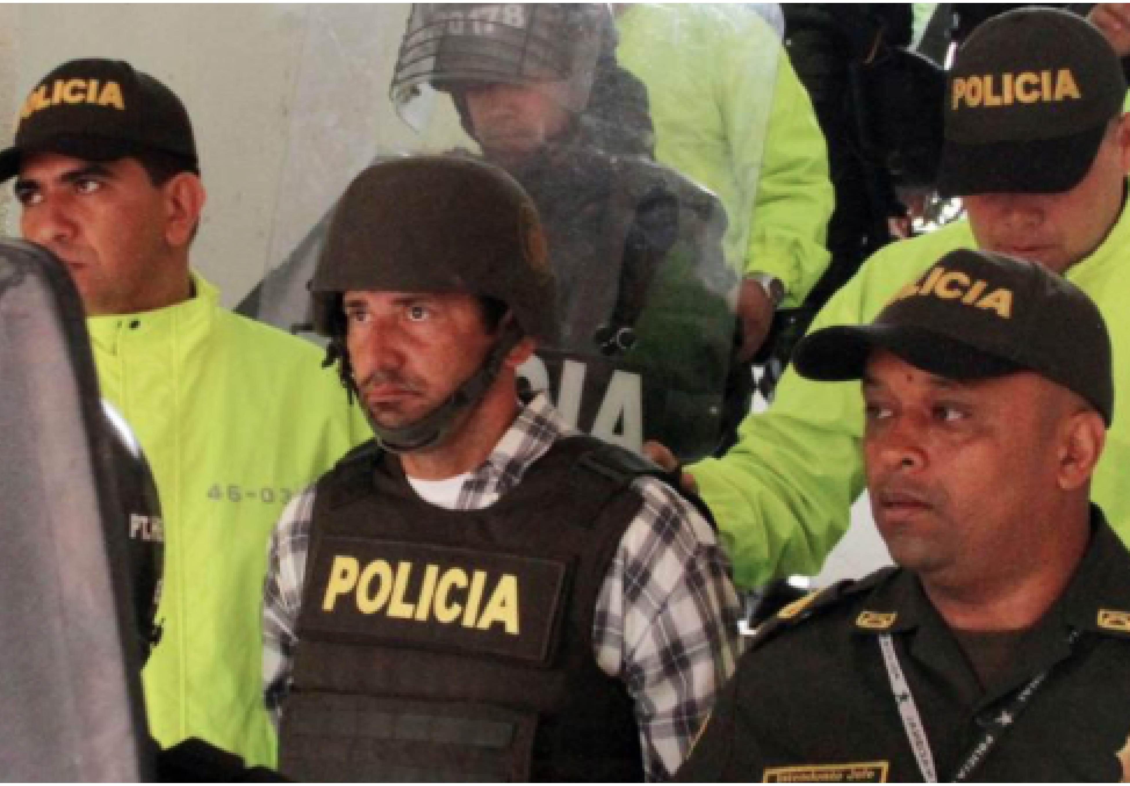 El acusado tuvo que ser fuertemente escoltado por la Policía.