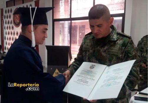 Joven que se gradúo de bachiller, mientras prestó su servicio militar.