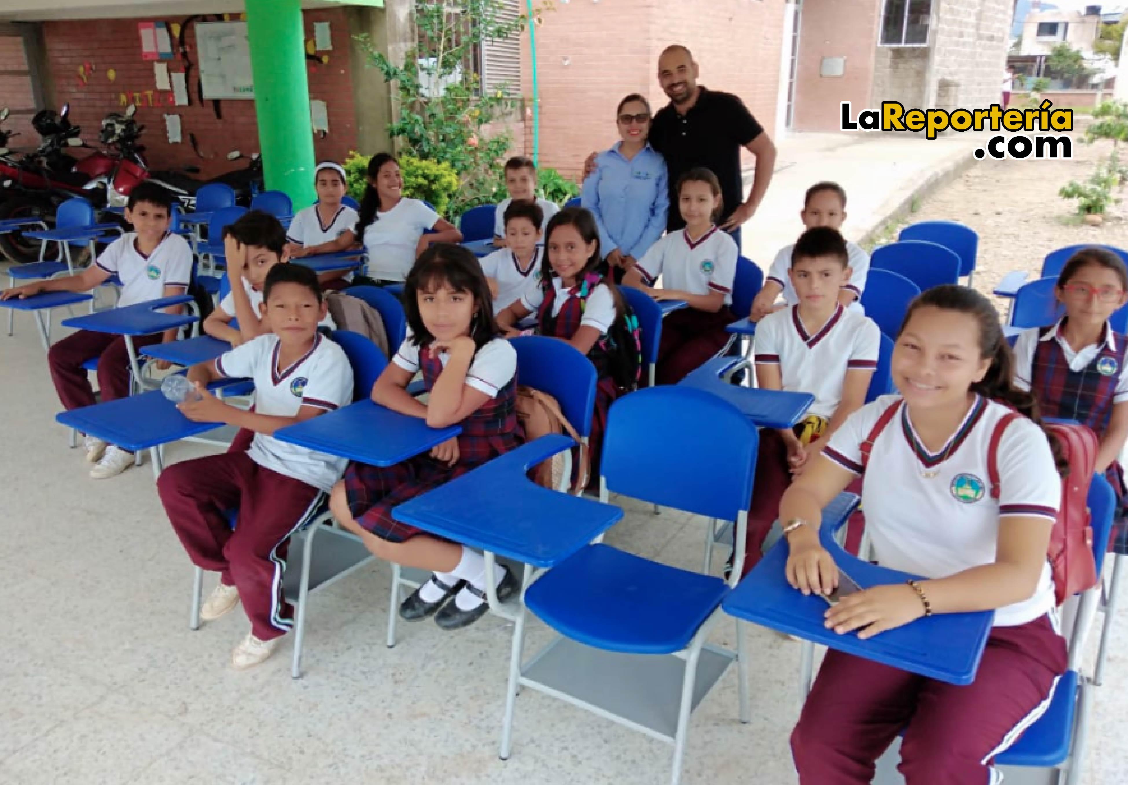 Entrega de pupitres al Colegio de Llano Lindo.