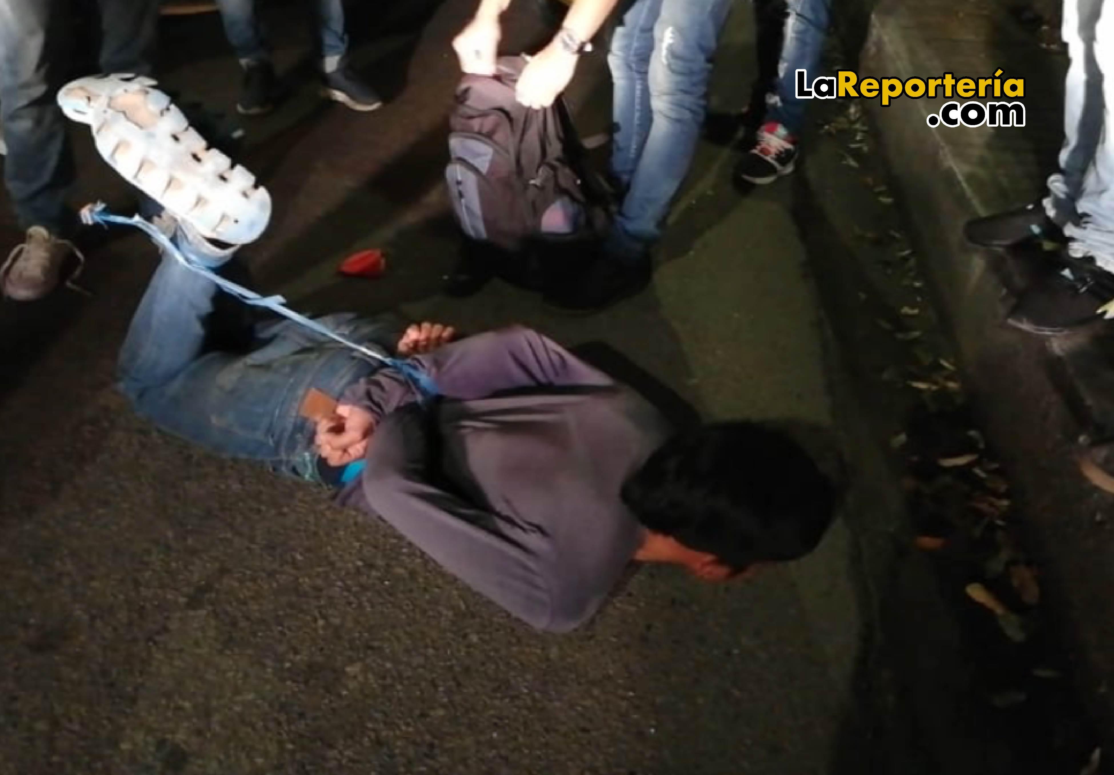 Así quedó un ladrón, atrapado por taxistas en Yopal.