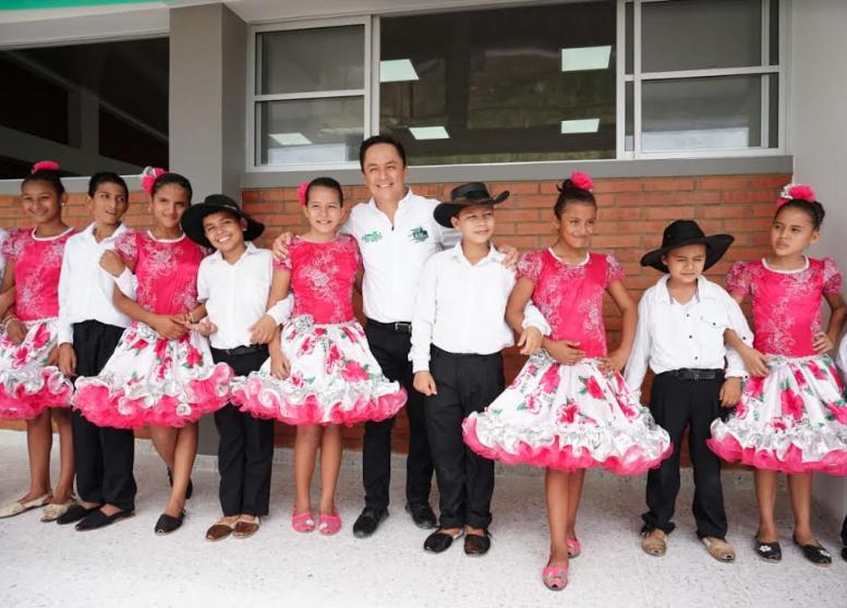 Alclade de Yopal, Leonardo Puentes en compañía de niños de Colegio de Llano Lindo,