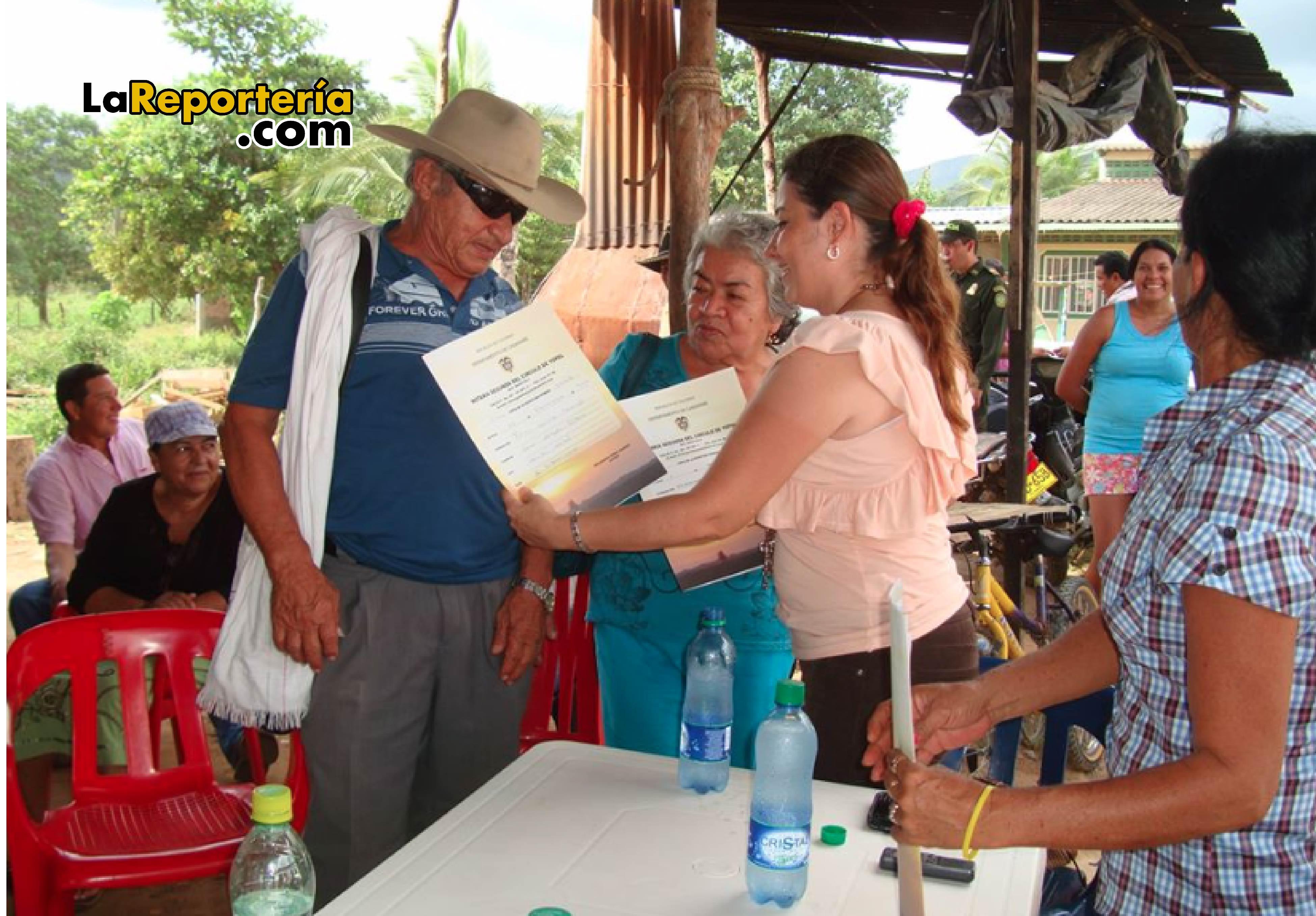 Entrega de escrituras que acredita legalización de los barrios entre el 2008 - 2011.